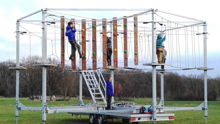 kids climbing Saferoller Ultimate Mobile Aerial Adventure SUMAA by kanopeo