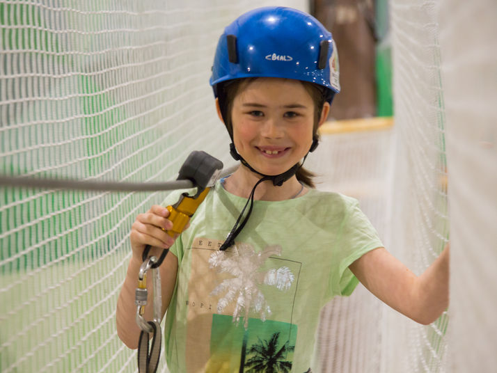 girl using kanopeo saferoller belay system