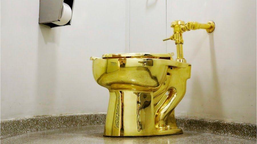 Maurizio Cattelan's solid-gold toilet atNew York's Solomon R. Guggenheim Museum (1)