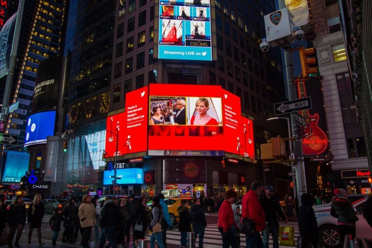 digital signage showing live oscars red carpet stream powered by 7th sense