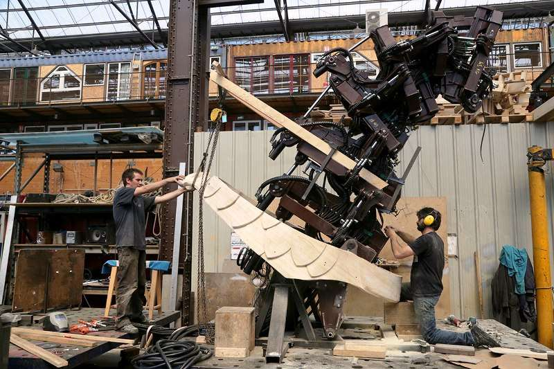 LaMachine contruct one of their machines