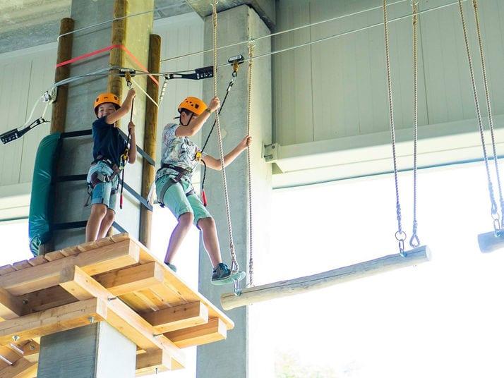 kids climb high ropes course at aspen-antwerpen indoor ski park