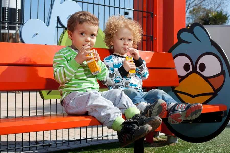 Rovio-Angry-Birds_Land_Särkänniemi_kids-on-bench