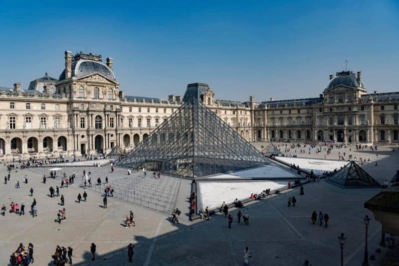 louvre paris courtyard